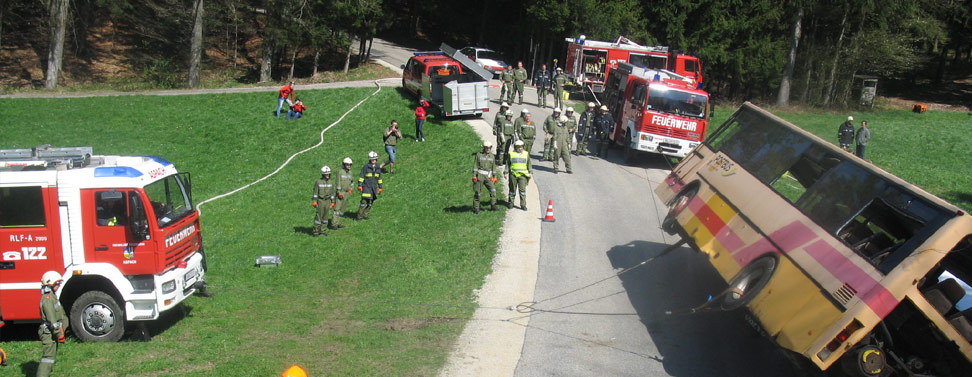 Feuerwehrübung mit Bus in Thannstrass